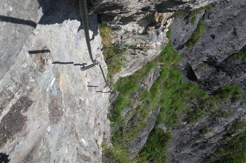 Blick in die Tiefe vom Klettersteig in der Stafflacher Wand in St. Jodok