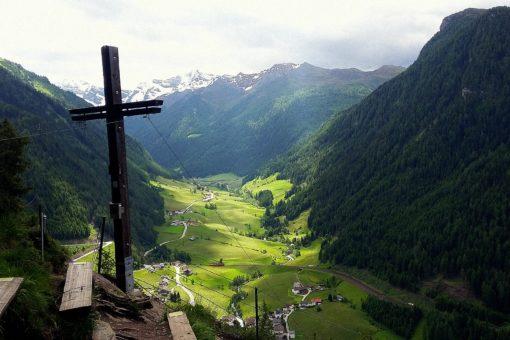 Herrlicher Ausblick vom Gipfelkreuz auf das Bergsteigerdorf St. Jodok/Vals