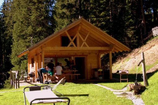 Gemütliches Beisammensein bei der Fischhütte von Walter Vötter am Sattelberg, Gries, Wipptal