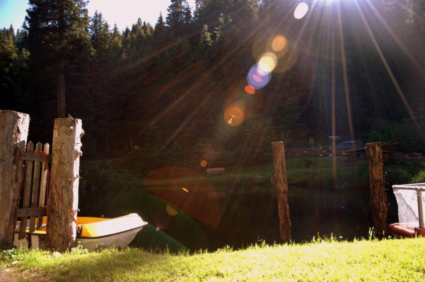 Fischteich mit Boot kurz vor Sonnenuntergang, Sattelberg, Wipptal