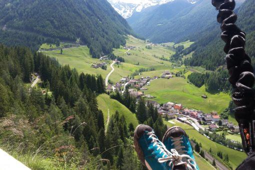 Kurze Rast auf einer der Bänke am Peter Kofler Klettersteig St. Jodok, Wipptal