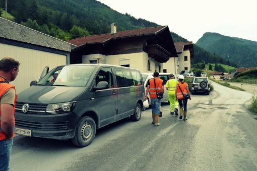Transport in den Zugangstunnel mit Kleinbussen