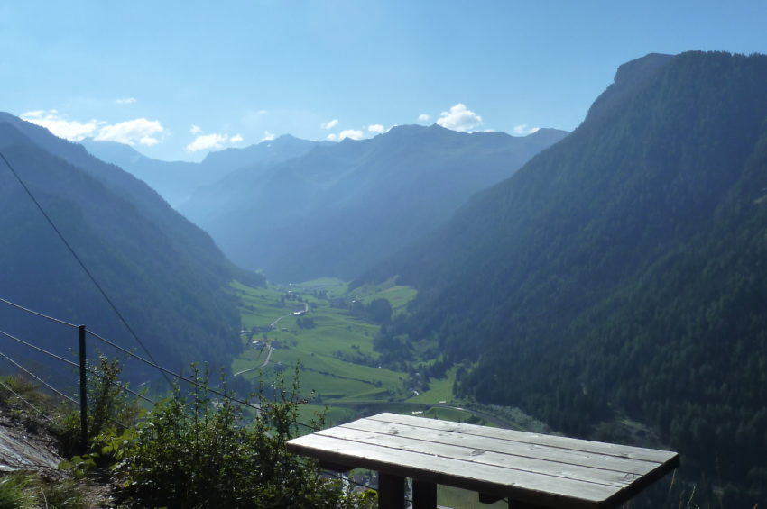 Gemütliche Sitzbänke beim Ausstieg des Peter Kofler Klettersteigs
