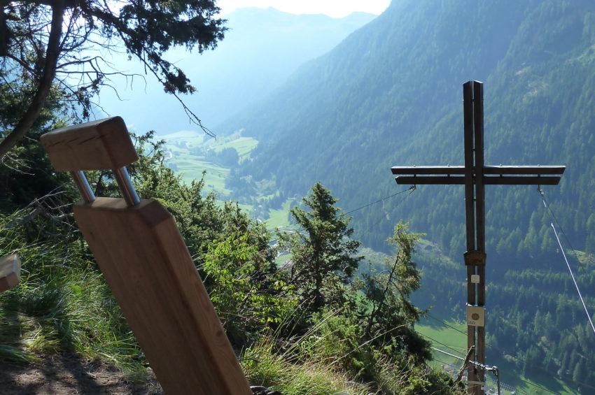Liegestühle beim Gipfelkreuz des Peter Kofler Klettersteigs