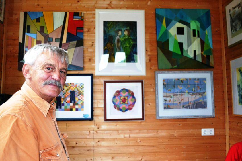 Franz Staud vor seinen Werken