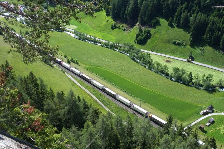 Vorbeifahrender Zug auf der Brennerbahnstrecke in St. Jodok unterhalb des Klettersteigs
