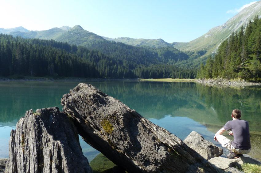 Große Felsen am Ufer des Obernberger Sees im Wipptal