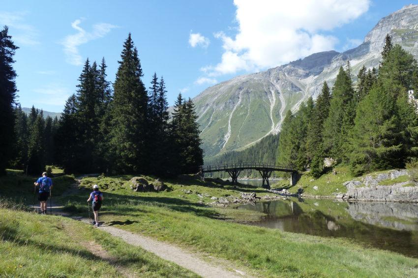 Idyllische Stimmung mit Brücke und Kapelle am Obernberger See
