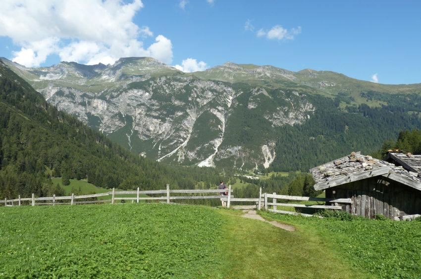 Wiesenweg zum Obernberger See mit Almhütten
