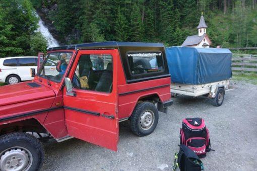 Der Jeep bringt die Schier zur Hütte