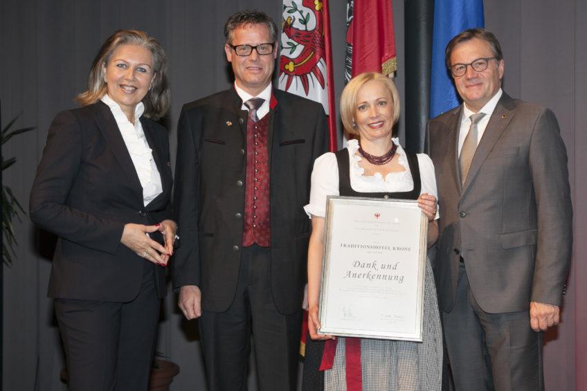 Hannes & Tanja Stadler mit Landesrätin Patrizia Zoller-Frischauf (li.) und Landeshauptmann Günther Platter (re.)
