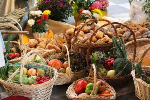 Körbe mit Obst und Gemüse