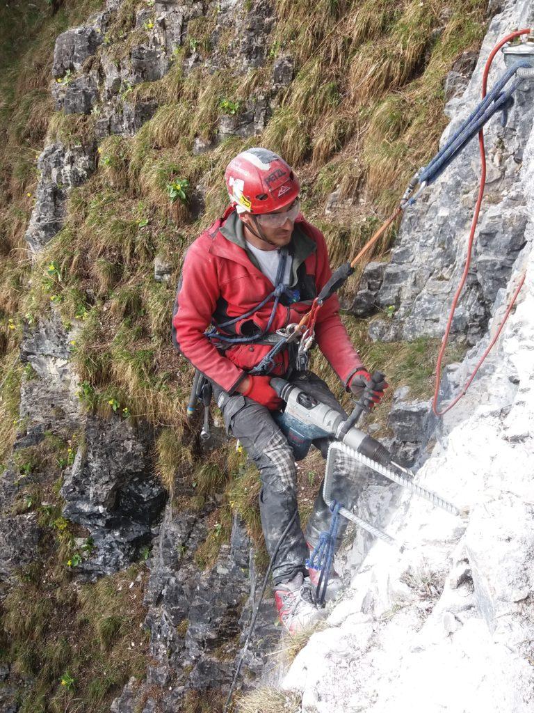 Bohren am Fels beim Klettersteigbau