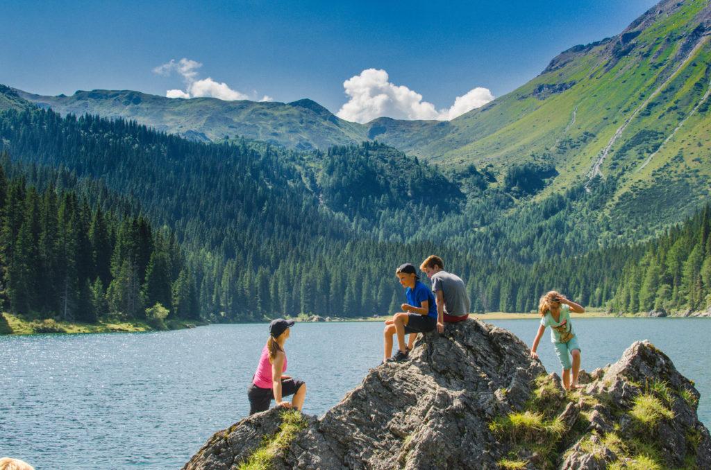 Gemeinsame Jause am Obernberger See nach der Wanderung