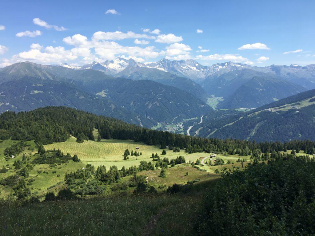 Abstieg von der Blaser Hütte mit Blick nach Steinach mit Olperer im Hintergrund