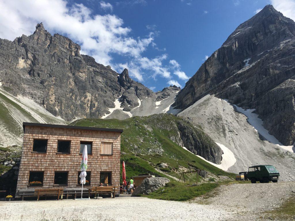 Die Österreichisch Tribulaunhütte am Fuße des Gschnitzer Tribulaun