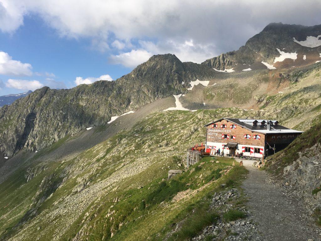 Die Innsbrucker Hütte im Morgenlicht