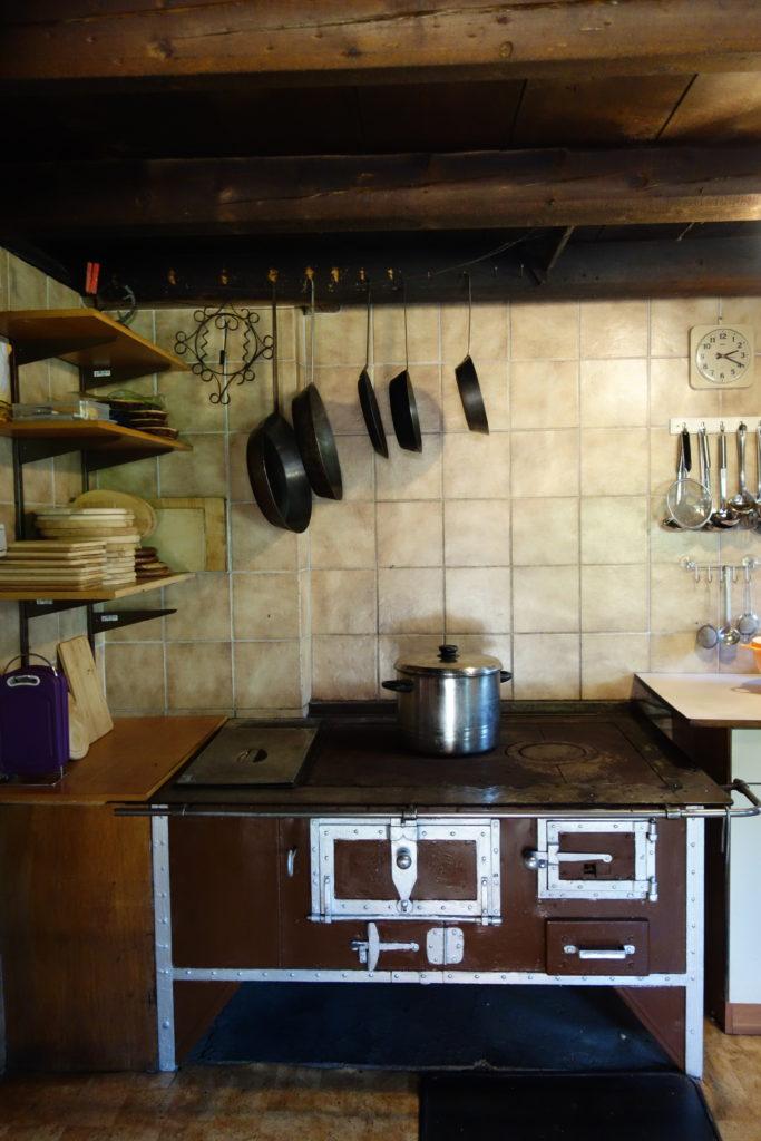 Küche mit Holzherd auf der Poltnalm in Navis