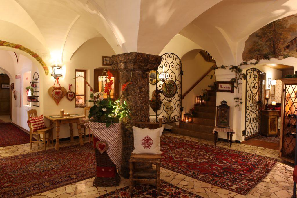 Eingangshalle im Gasthof Lamm in Matrei - auch sie trägt Lisas Handschrift