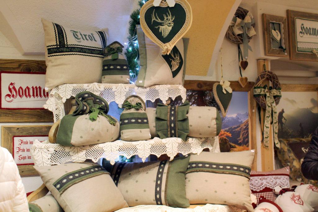 Lisas kunstvoll gefertigten Kissen und Dekoartikel beim Operettenadvent