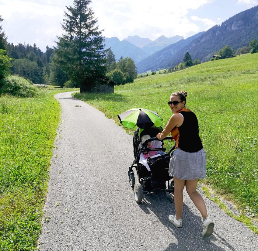 Daniela mit Kinderwagen unterwegs ins Gschnitztal
