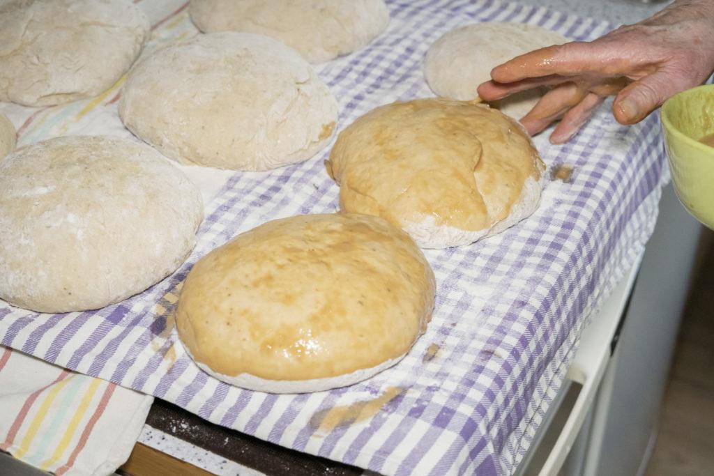 Die Brote werden mit Ei-Kaffee-Gemisch bestrichen