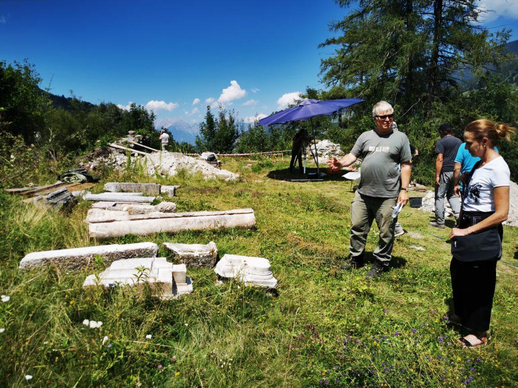 Erklärungen durch das Team der Uni Innsbruck über die Fundstücke - hier: die Teile der Eingangssäule zur Burgkapelle