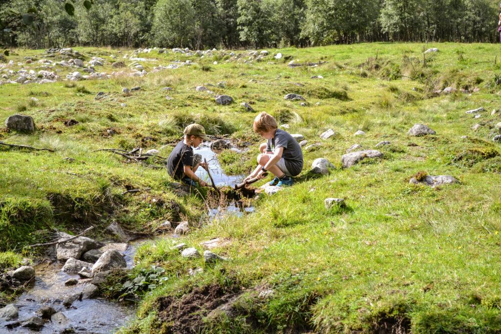 Beim Spielen am Bach im Valsertal - unterhalb von Helgas Alm