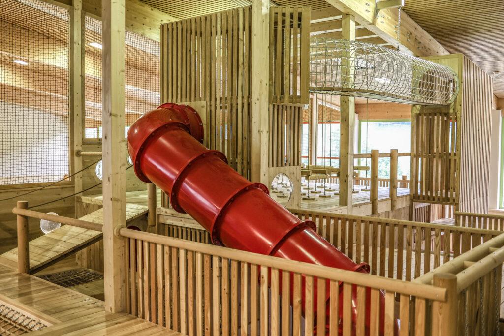 Indoor-Holzspielplatz beim JUFA Wipptal