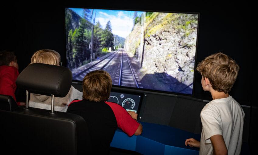 Kinder im Zugsimulator