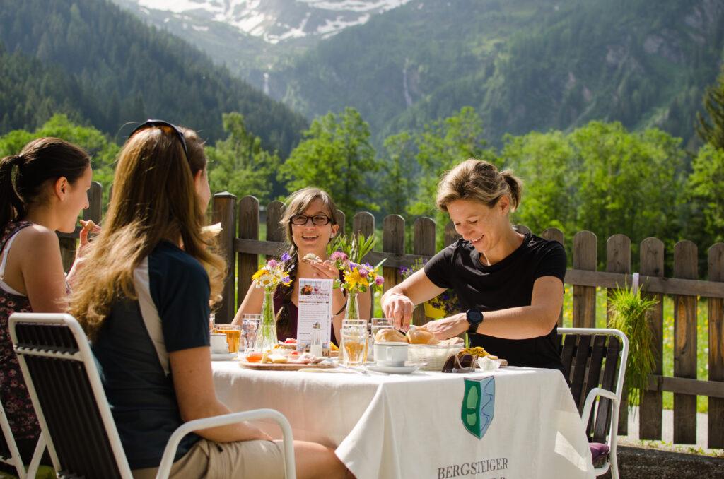 Bei schönes Wetter kann man das Frühstück auch im Freien genießen.