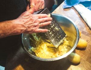 Kalte Kartoffeln werden gerieben.